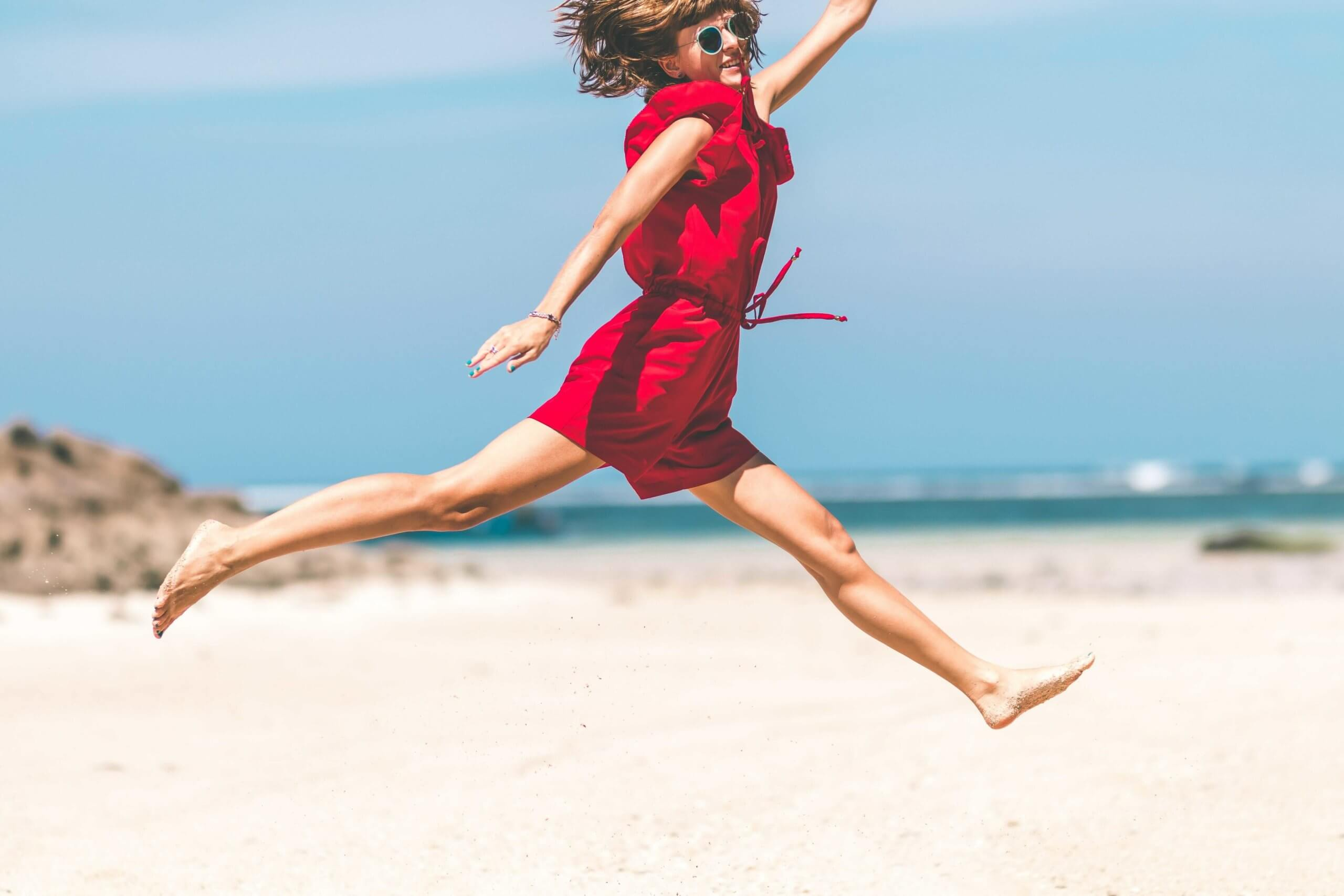 砂浜でジャンプ